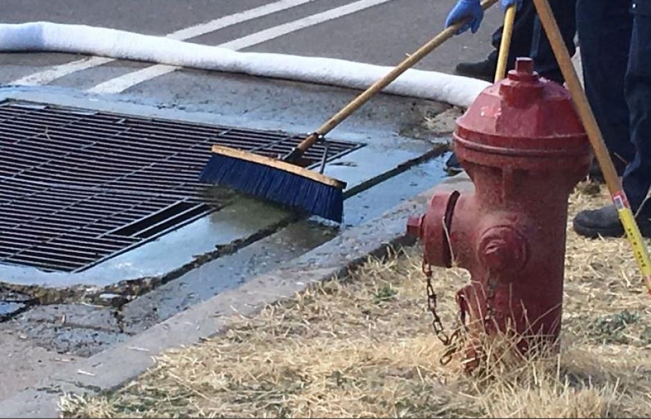 Las autoridades locales llegaron para limpiar la zona. (Foto: kutv.com)
