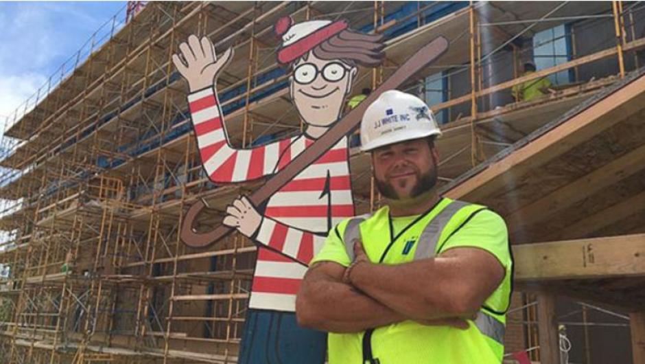 El trabajador esconde a Waldo todos los días en la obra. (Foto: Facebook/Where's Waldo)