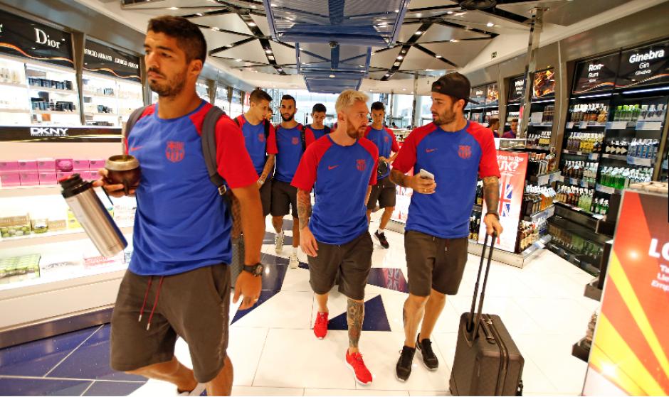 Los jugadores atraviesan una de las tiendas del aeropuerto (Foto: FCB)
