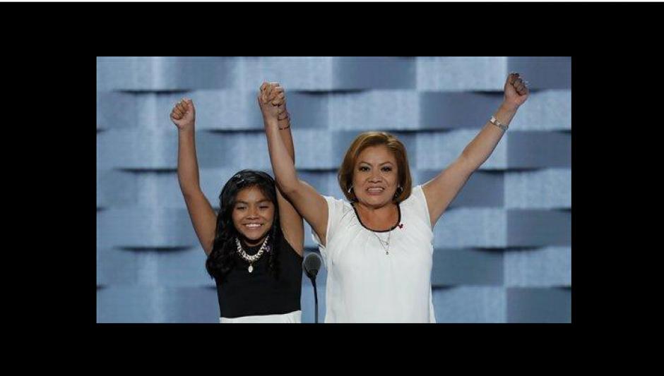 Karla y su madre Francisca tomaron la palabra en la convención Demócrata. (Foto: Univisión Política)