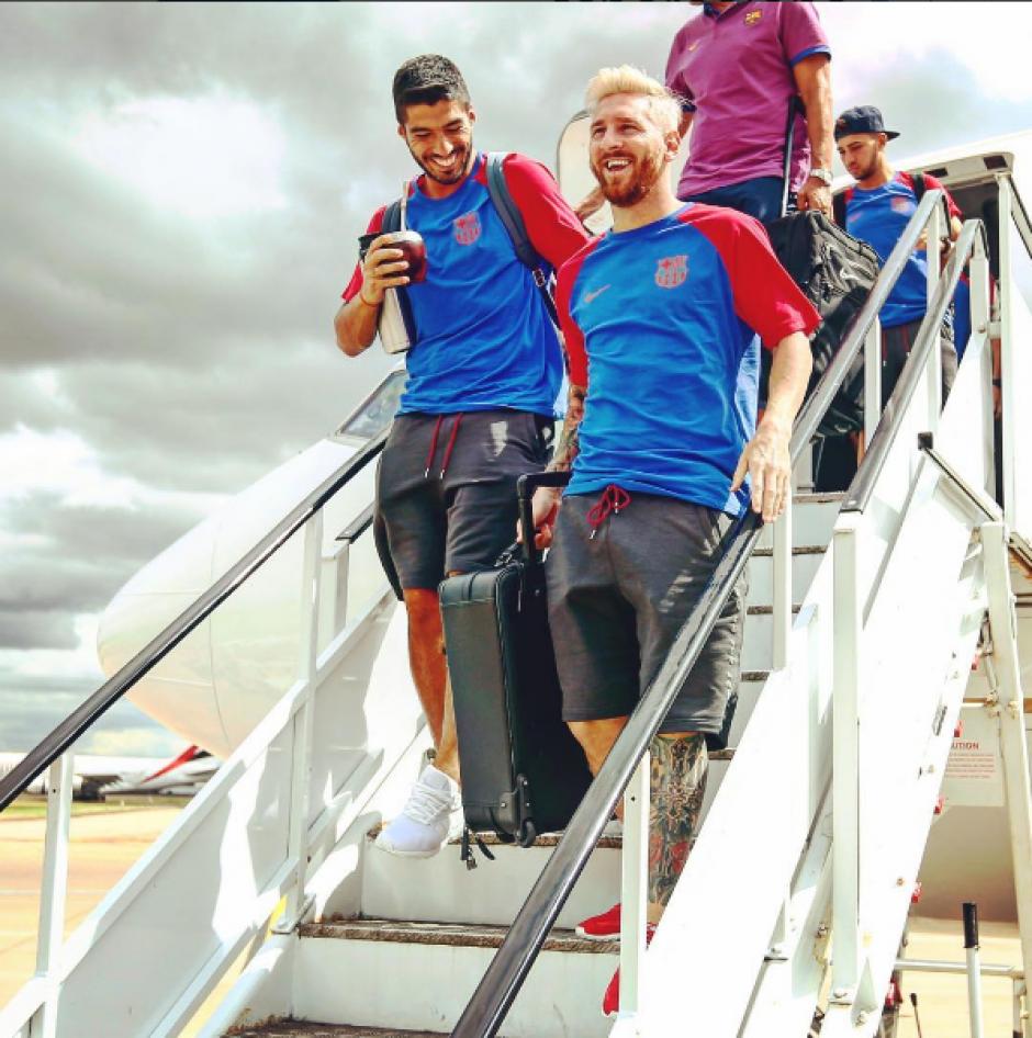 Messi ríe con Luis Suárez al bajar del avión (Foto: FCB)