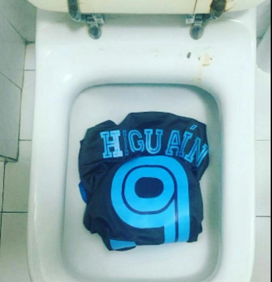 La afición del Napoli nunca perdonará a Higuaín. (Twitter)