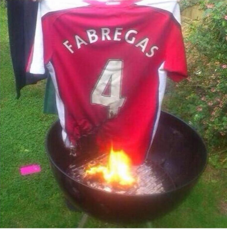 La afición del Arsenal quemó la camiseta de Cesc. (Twitter)