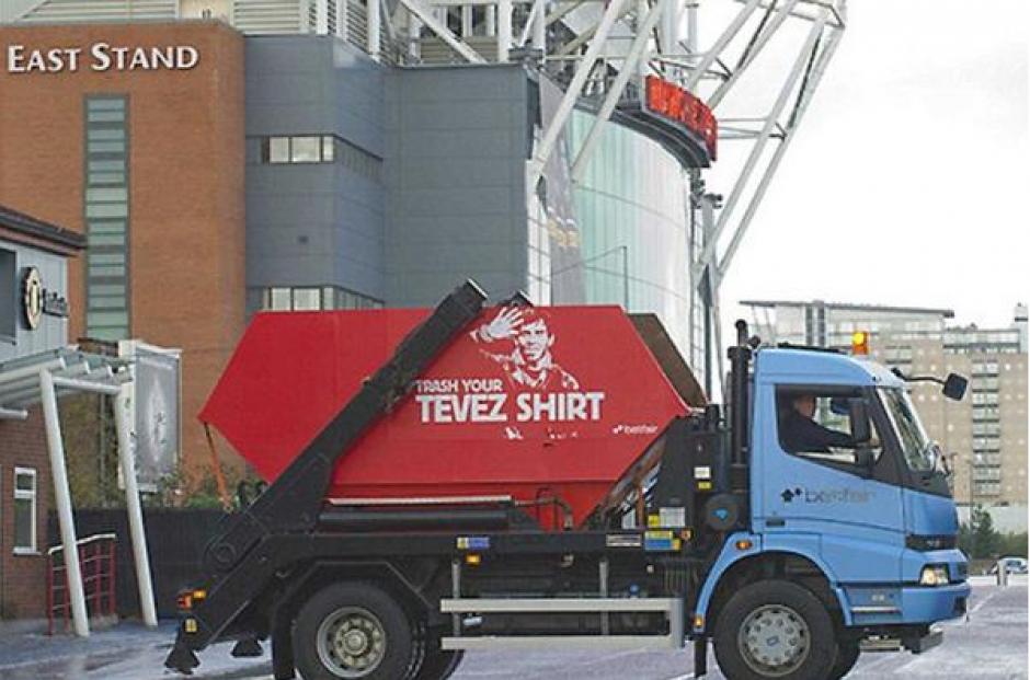 Un camión de la basura recogía camisetas de Tévez. (The Guardian)