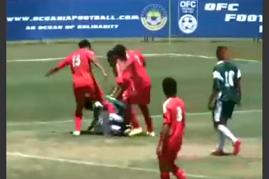 Los defensores comenzaron a patear al jugador que no quería soltar el balón. (Imagen: Captura de pantalla)