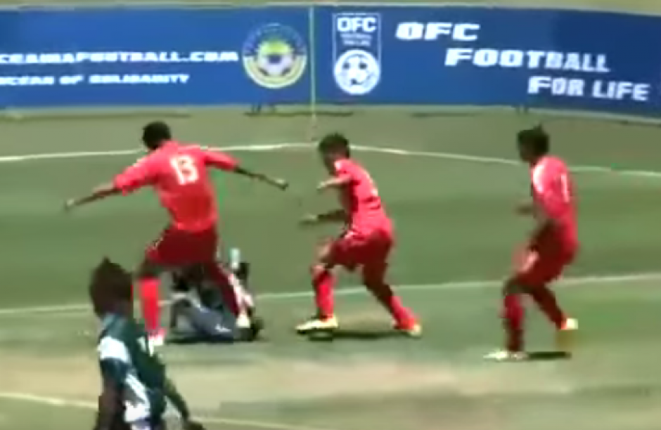 Luego que el jugador se quedara con la pelota, varios llegaron a querer quitársela. (Imagen: Captura de pantalla)