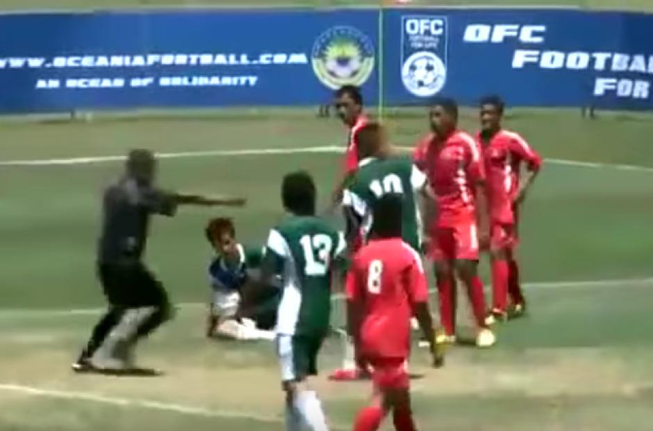 El árbitro terminó marcando un penal. (Imagen: Captura de pantalla)