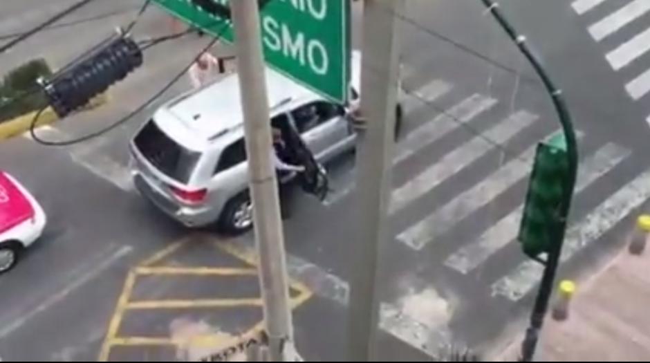 Se sube a su vehículo y se ve del lugar. (Imagen: Captura de YouTube)