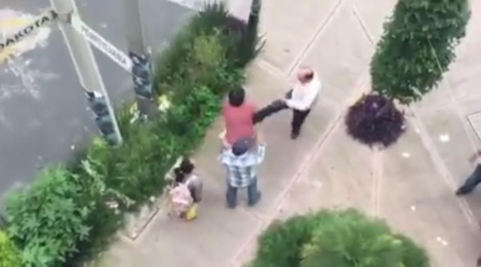 Con puños y patadas el chofer del auto agrede a los peatones. (Imagen: Captura de YouTube)