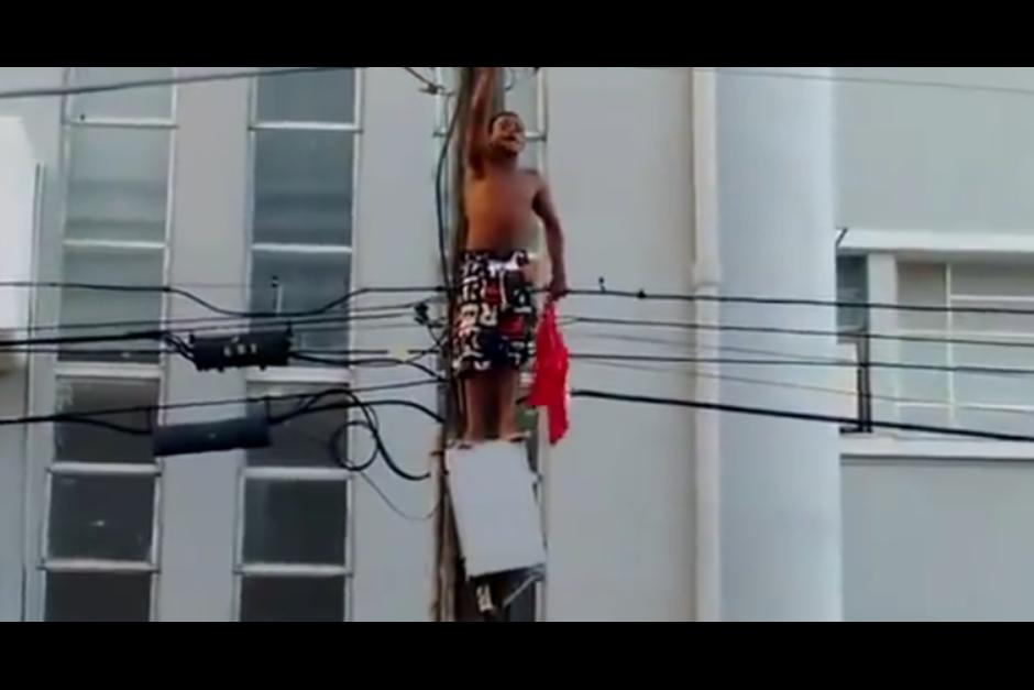 Un hombre en Brasil se subió a un poste de luz para llamar la atención en una marcha, pero tuvo un trágico desenlace.