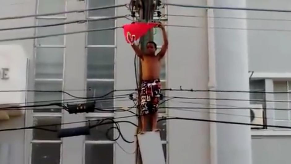 El hombre esperaba la llegada de Dilma Rousseff. (Imagen: Captura de pantalla)