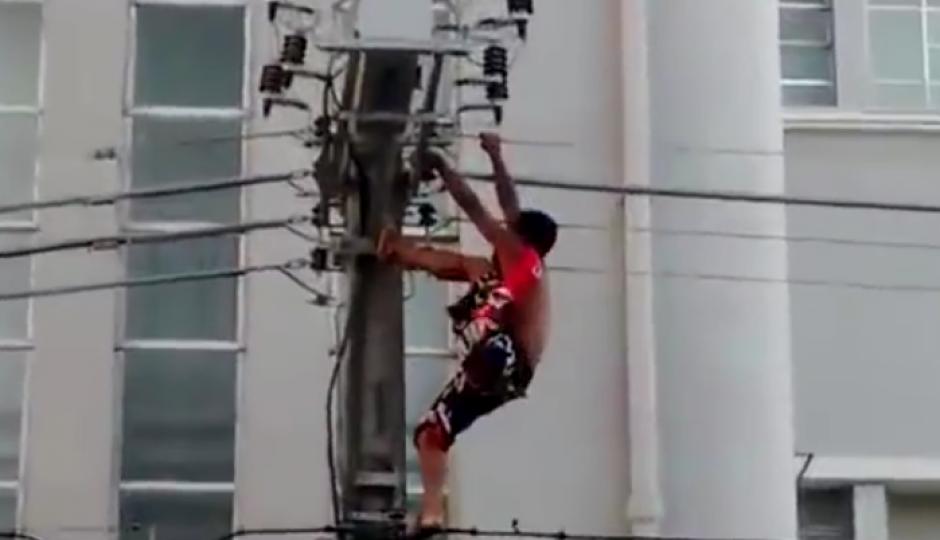 Cuando intentó subir más alto para llamar la atención colocó el pie donde no debía. (Imagen: Captura de pantalla)