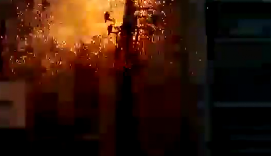 Inmediatamente una fuerte descarga eléctrica le provocó la muerte. (Imagen: Captura de pantalla)
