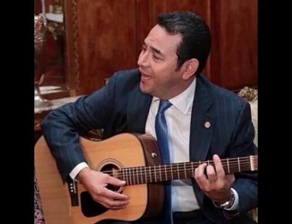 Fotos del presidente Jimmy Morales fueron usadas para memes. (Foto: Twitter/@alanmarcas)