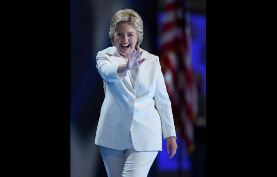 Hillary saludó así al recibir la nominación demócrata. (Foto: AFP)