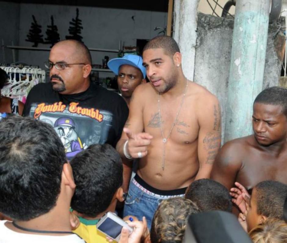 Según el diario británico, Adriano vive rodeado de criminales. (Daily Star)
