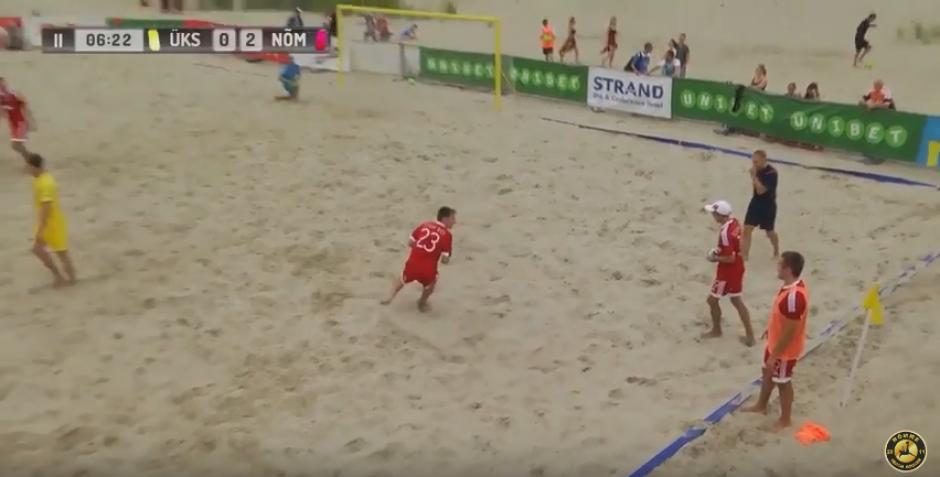 La divertida escena fue en un partido de fútbol playa en Estonia (Captura de pantalla)