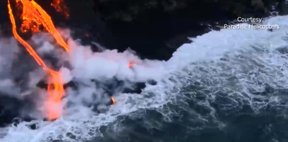 Según medios internacionales es la primera vez desde 2013 que la lava del volcán llega al océano. (Foto: captura de pantalla)