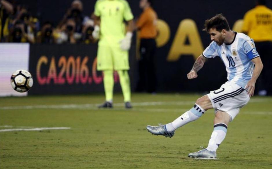 El momento en el que Messi falló el penal ante Chile (Foto: Taringa)