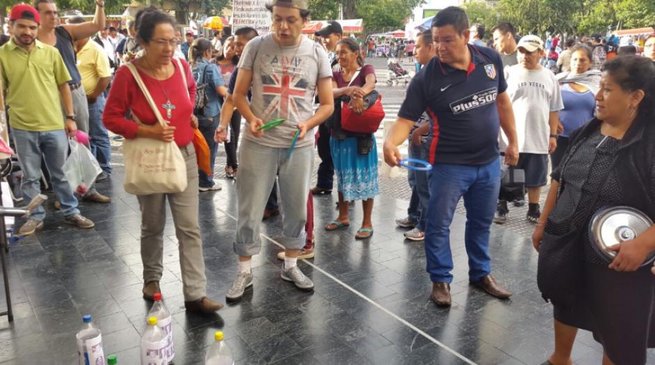 """La actividad contó con diversos juegos de feria como el """"atrapa cacos"""". (Foto: LaBatucadaDelPueblo)"""