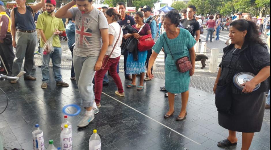 Decenas de personas participaron en la actividad cívica que pidió la renuncia de los diputados con antejuicio. (Foto: LaBatucadaDelPueblo)