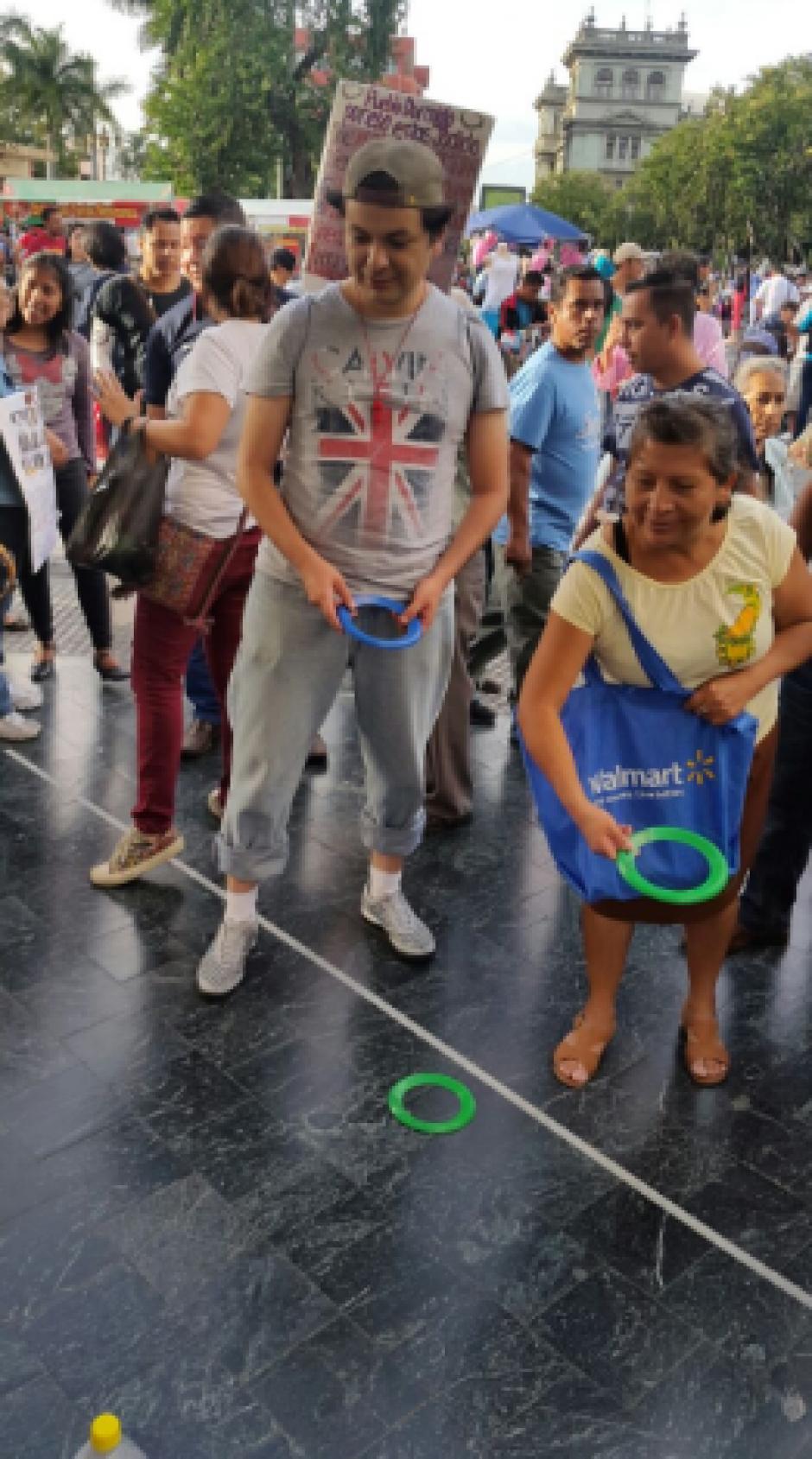 """La actividad """"Devuelvan la Feria"""" se realizó el sábado 30 en la esquina de la Sexta Avenida y Novena Calle zona 1. (Foto: LaBatucadaDelPueblo)"""