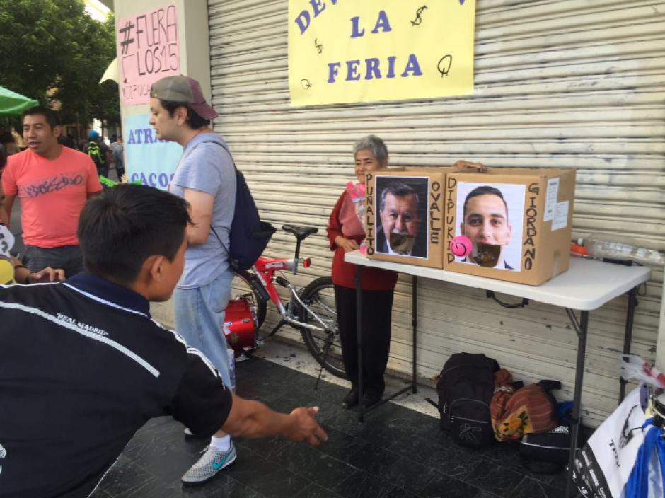 """La actividad consistió en simular una feria, y con diversos juegos como el """"Traga Bolas"""" la ciudadanía se unió a pedir la renuncia de los diputados. (Foto: LaBatucadaDelPueblo)"""