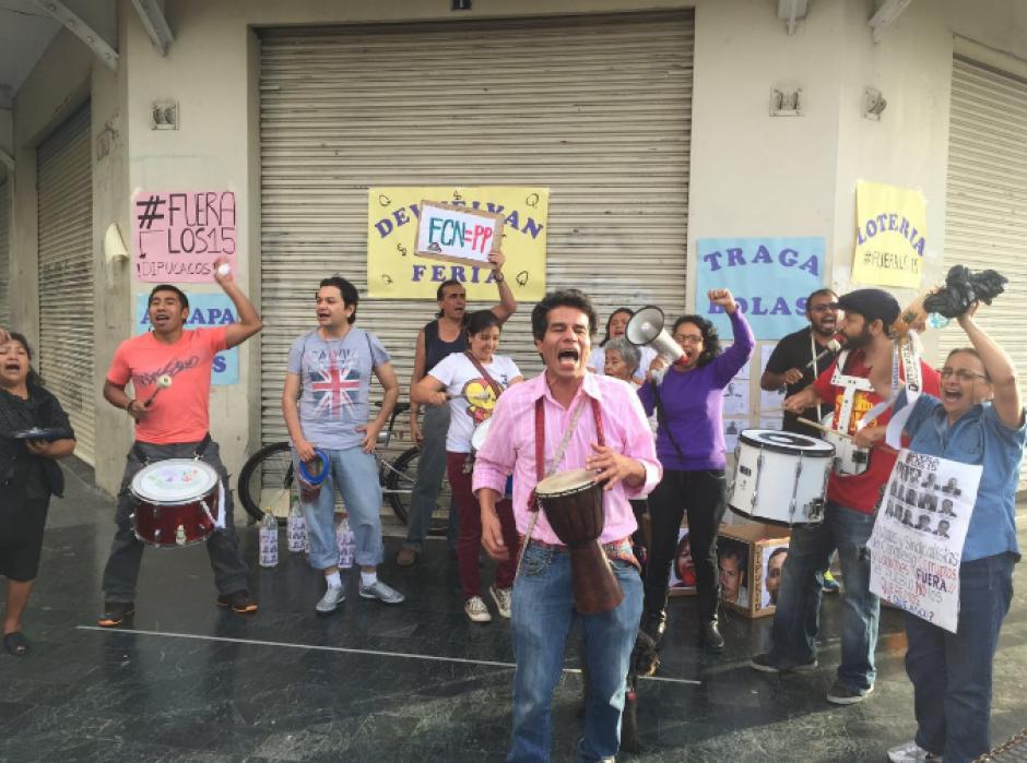 """La actividad llamada """"Devuelven la Feria"""" en alusión a los recursos estatales fue organizada por La Batucada del Pueblo y Justicia Ya. (Foto: LaBatucadaDelPueblo)"""