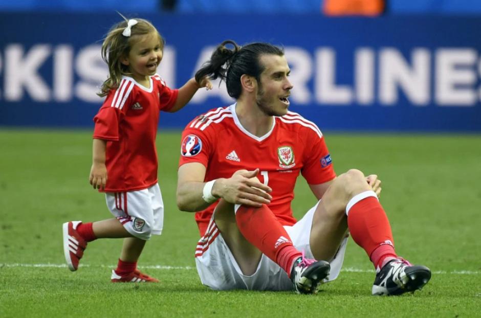 Gareth Bale con la pequeña Alba durante la Euro. (Foto: EFE)