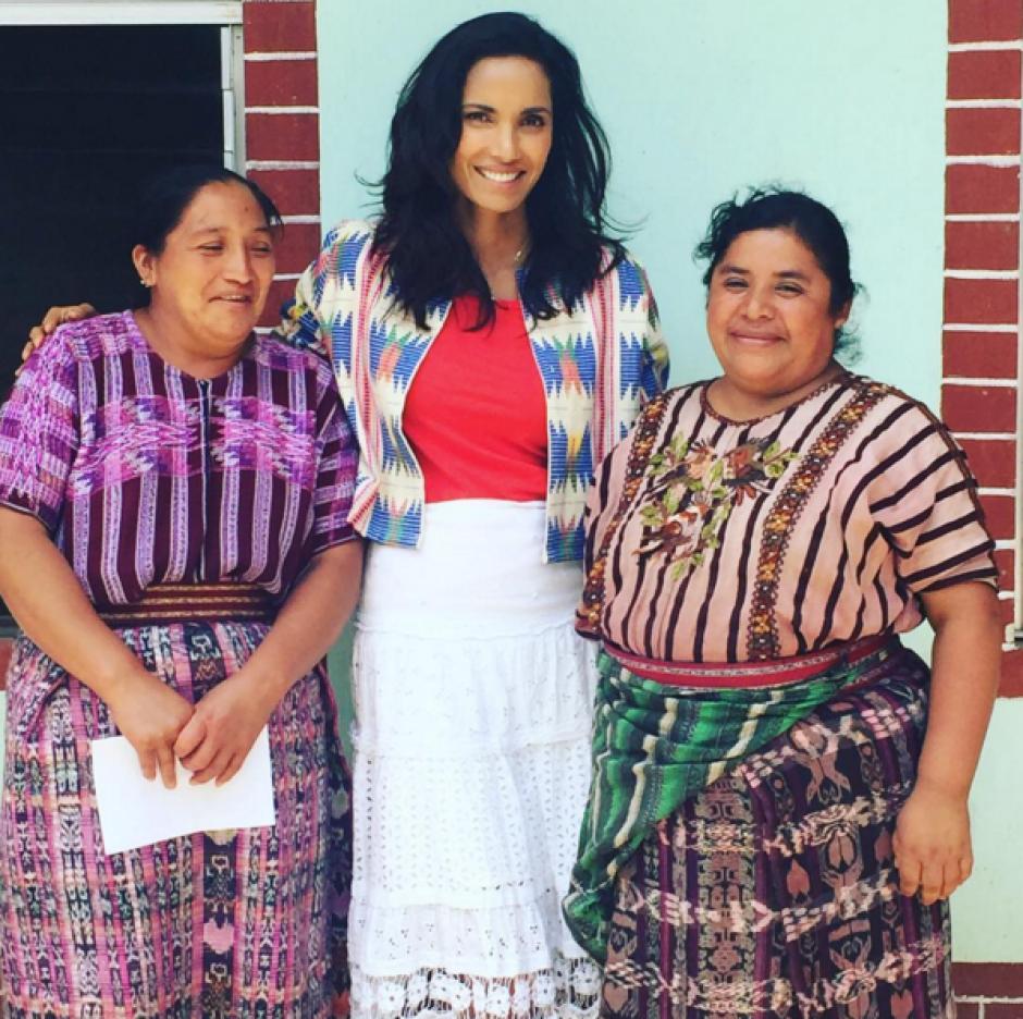 La conductora de Top Chef compartió con varias mujeres que integran el proyecto Mercado Global. (Foto: Instagram Padma Lakshmi)