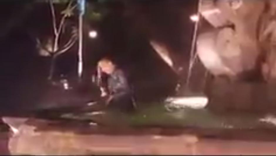 Al final, el muchacho salta a la parte más profunda de la fuente para mojarse. (Captura de video)