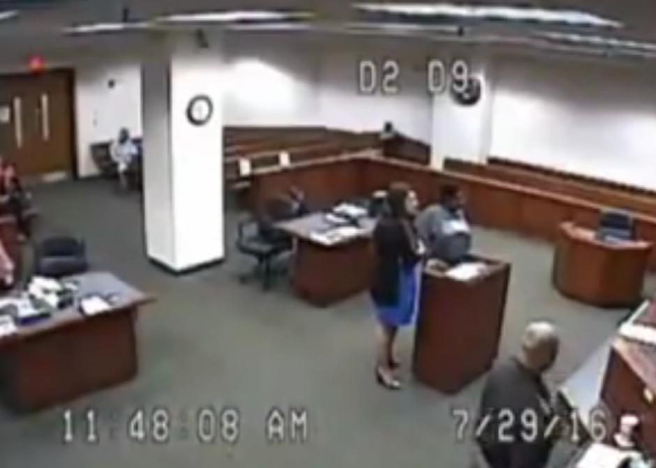 La mujer llegó con una blusa muy larga con la cual parecía que no tenía pantalones. (Imagen: Captura de pantalla)