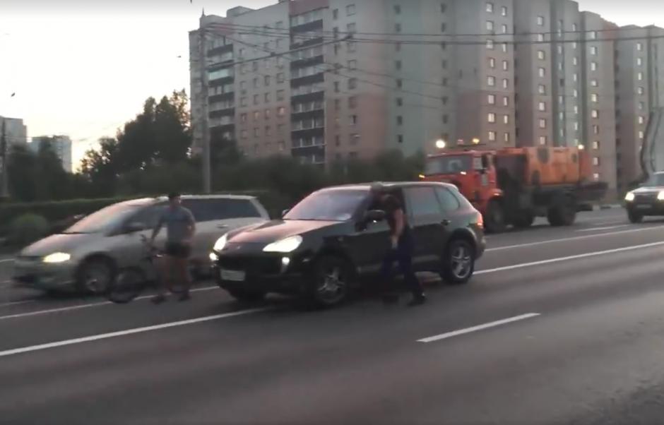 Primero, el piloto de un vehículo intercepta a un ciclista. (Foto: Captura de pantalla)