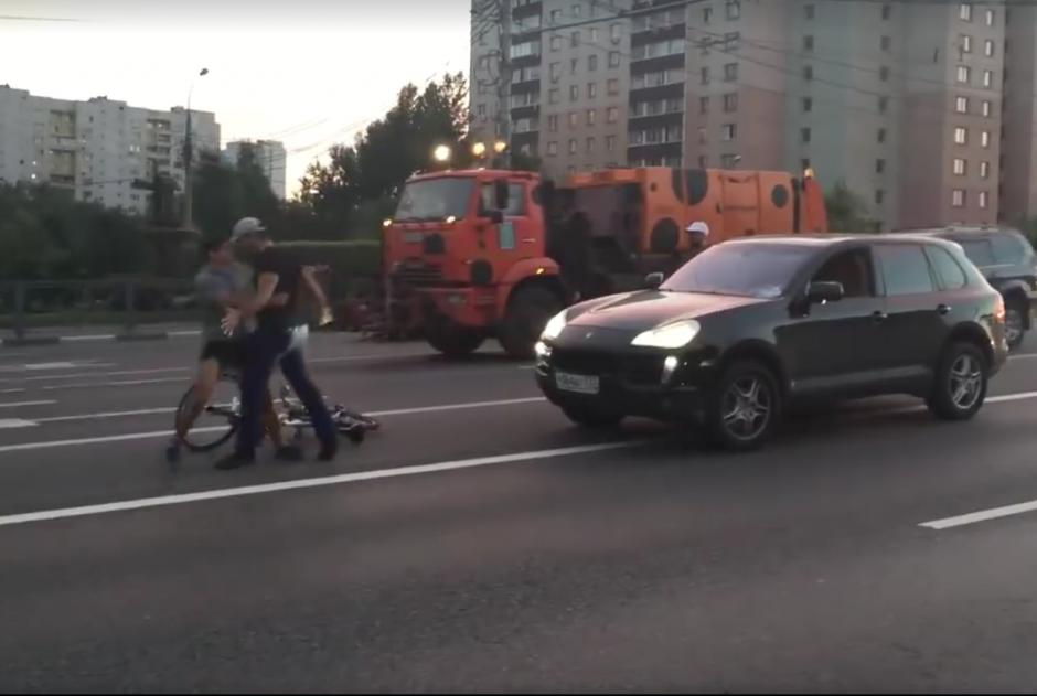 Luego, se baja para reclamarle al ciclista, igual que el copiloto. (Foto: Captura de pantalla)