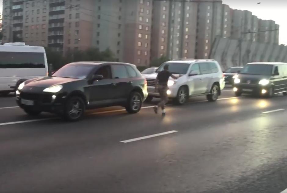 Un vehículo blanco se detiene y aparentemente protesta con su bocina. (Foto: Captura de pantalla)