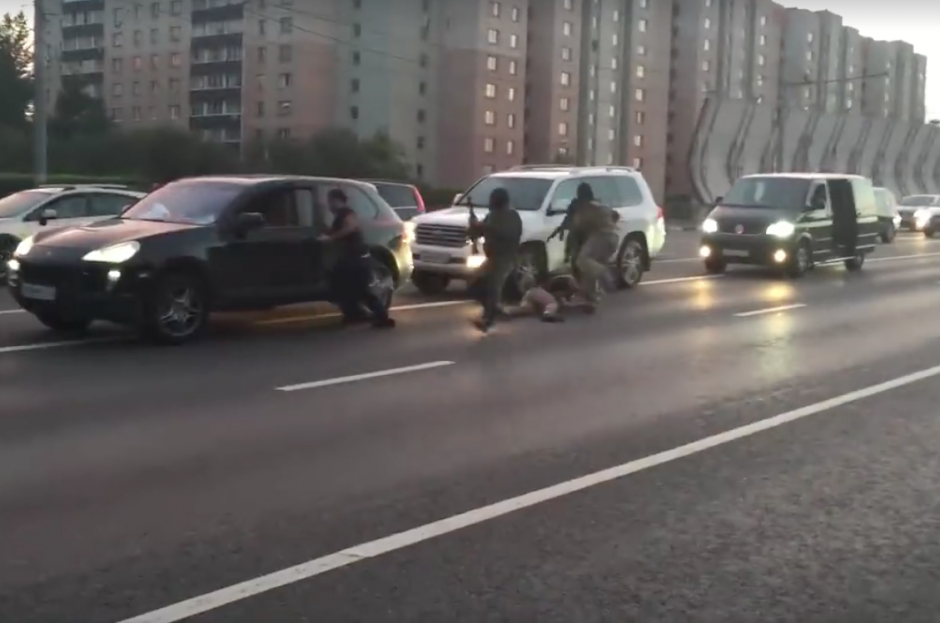 Hombre armados aprovechan para secuestrar al piloto y pasajero del primer vehículo. (Foto: Captura de pantalla)