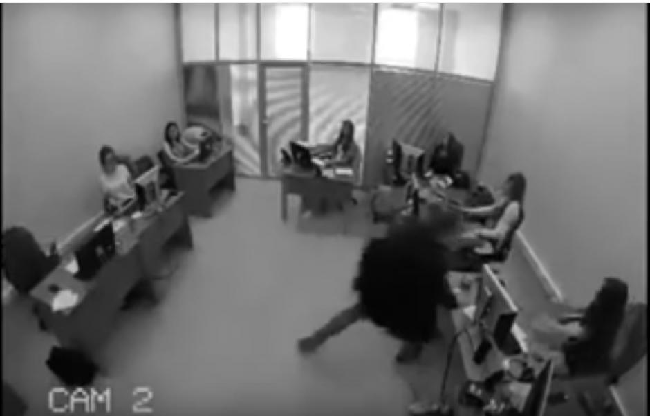 Luego de la celebración en su lugar, busca el gas pimienta y se dirige a la oficina de su jefe. (Foto: Captura de Youtube)