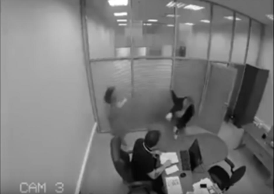 Este hombre se enteró que ganó la lotería y atacó a su jefe con gas pimienta. (Foto: Captura de Youtube)