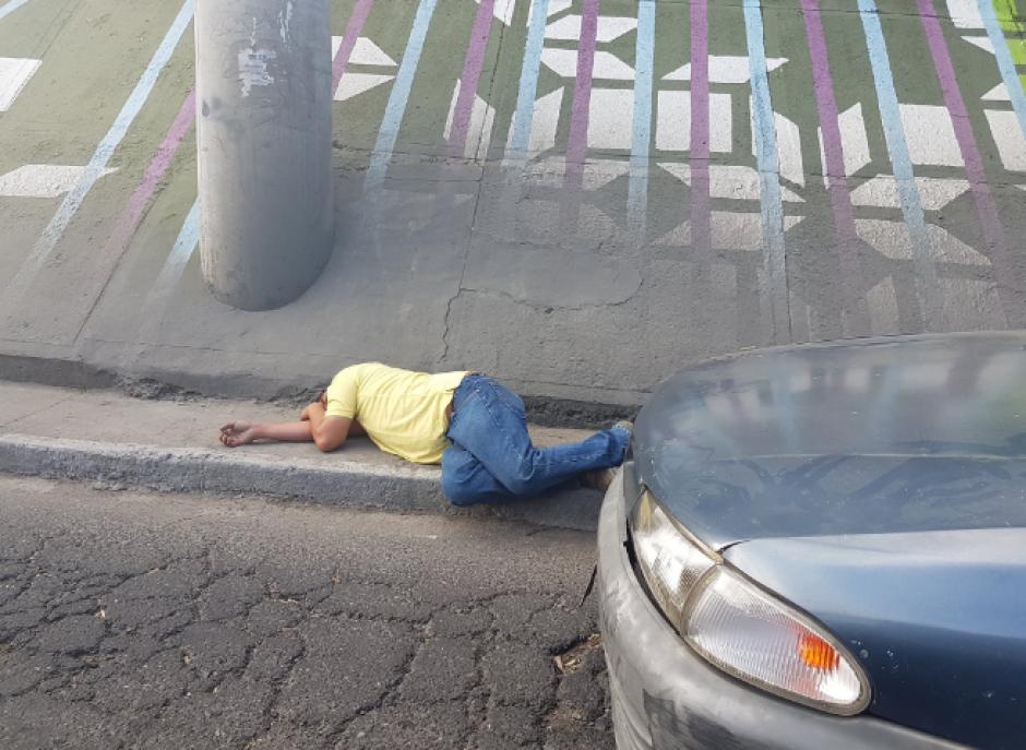 Un hombre se quedó dormido en plena vía pública. (Foto: Twitter/@HugoAlbizures)