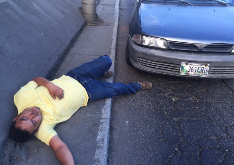 El conductor causó tráfico en la Calzada Atanasio Tzul. (Foto: Twitter/@JulioFloresGT)