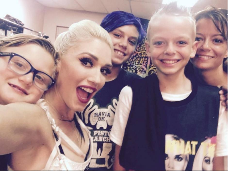 Al final del concierto, Gwen Stefani invitó al pequeño y sus acompañantes a los camerinos. (Captura Instagram)