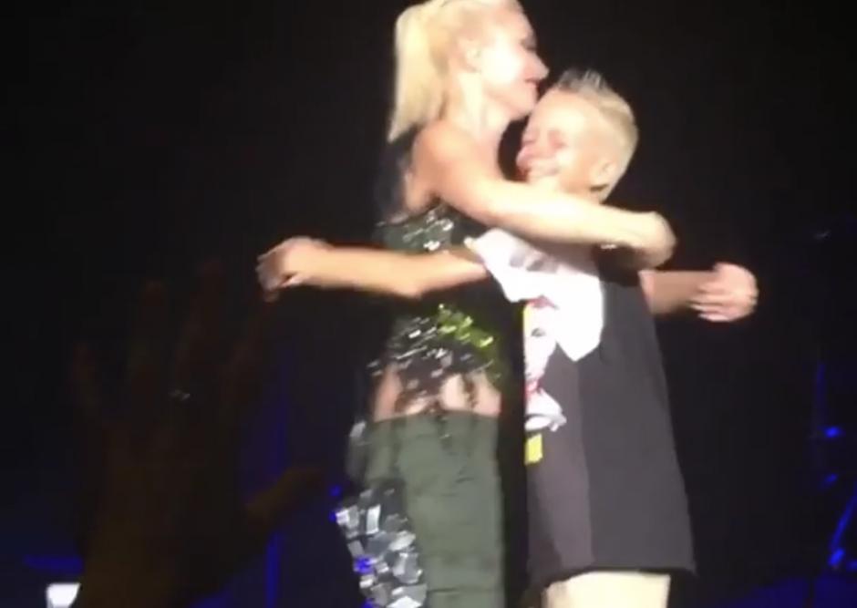 El niño se emocionó con el gesto de su artista favorita y la abrazó. (Captura Instagram)