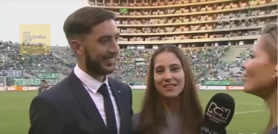 Luis y su novia hablaron para la TV antes de que siguiera el partido. (Captura de Pantalla)