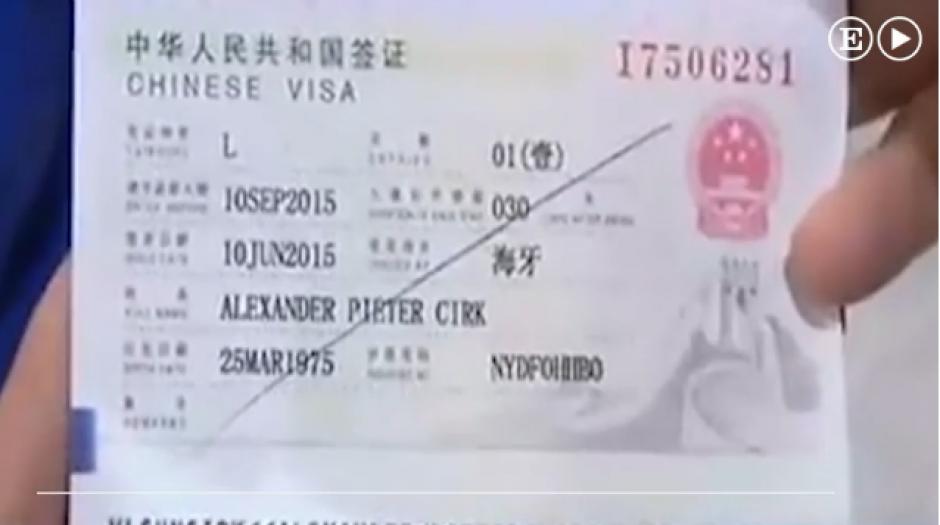 Según la mujer que tenía que recogerlo, no entendió lo que decía el boleto de avión del hombre. (Captura Youtube)