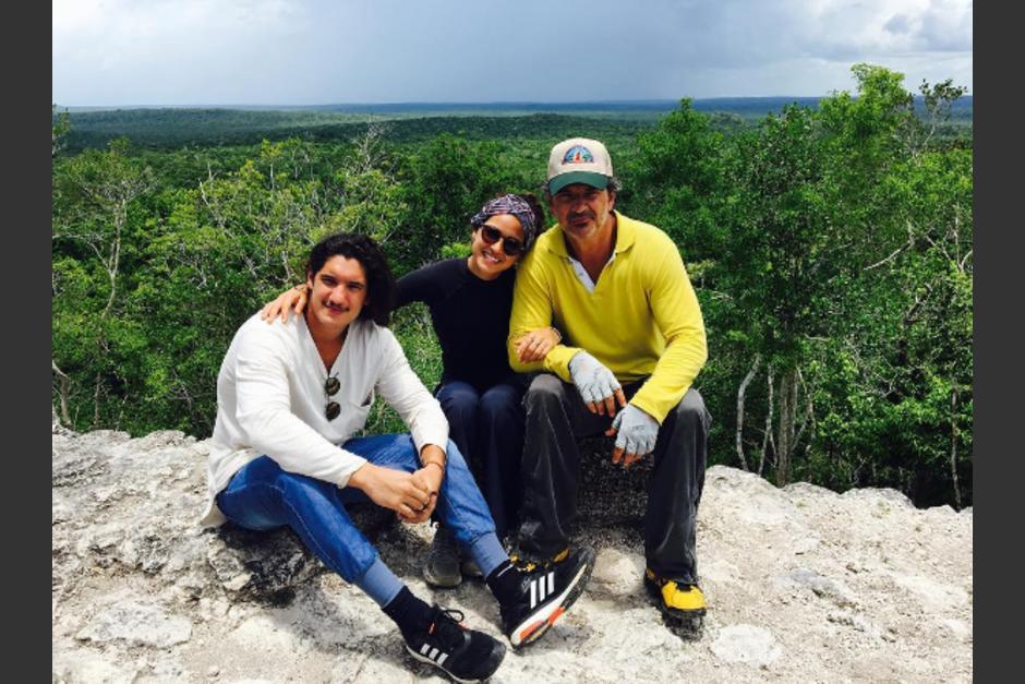 Ricardo Arjona se encuentra con sus hijos en el Mirador en Petén. (Foto: Adria Arjona/Instagram)