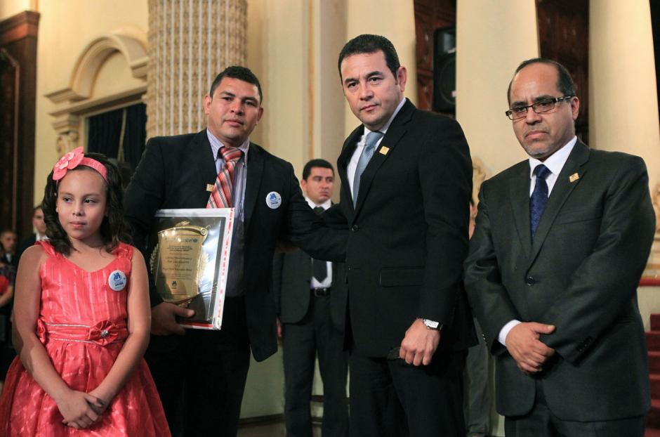 El gobierno entregó una plaqueta conmemorativa a la familia de Ángel. (Foto: Presidencia)