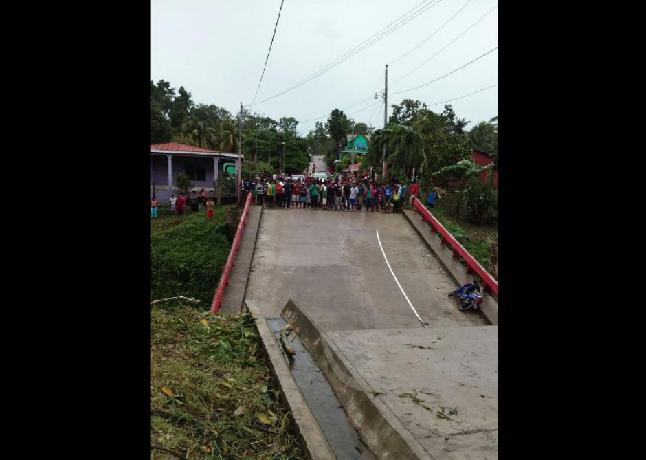 Un puente en el municipio de Melchor de Mencos en Petén colapsó. (Foto: Conred)