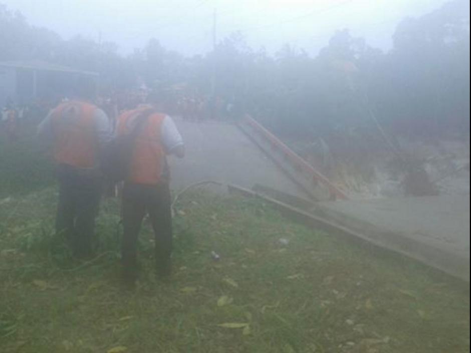 Se reporta una persona herida por el colapso del puente. (Foto: Conred)