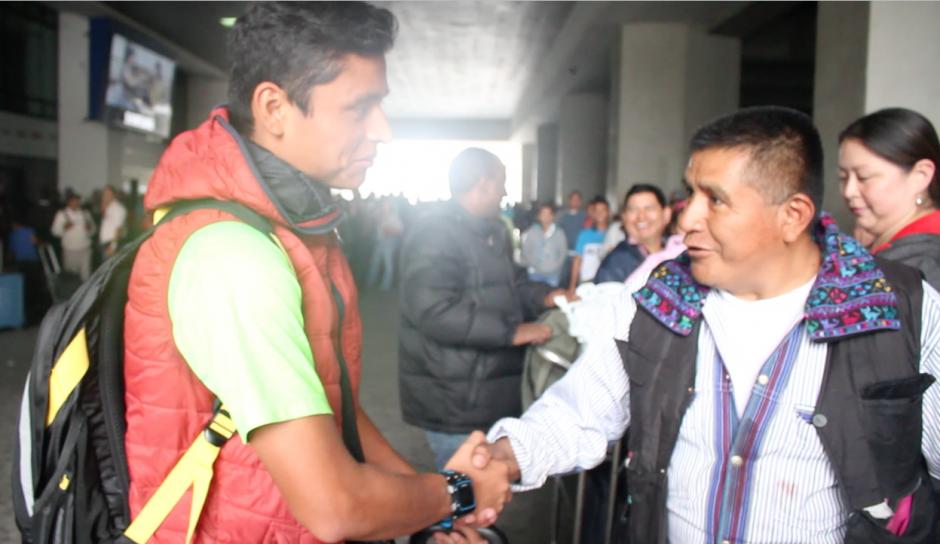 Los adultos también saludaron al campeón y le desearon lo mejor en Río 2016. (Foto: Luis Barrios/Soy502)