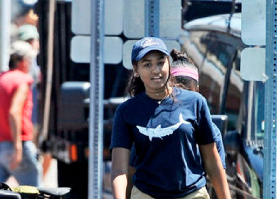 Así luce la hija del presidente Obama con su uniforme de trabajo. (Foto: ktvu.com)